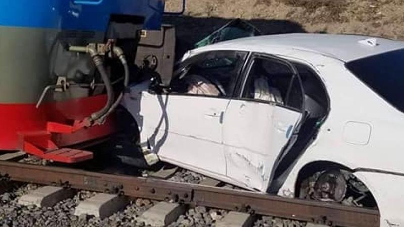 Галт тэрэгтэй суудлын машин мөргөлджээ