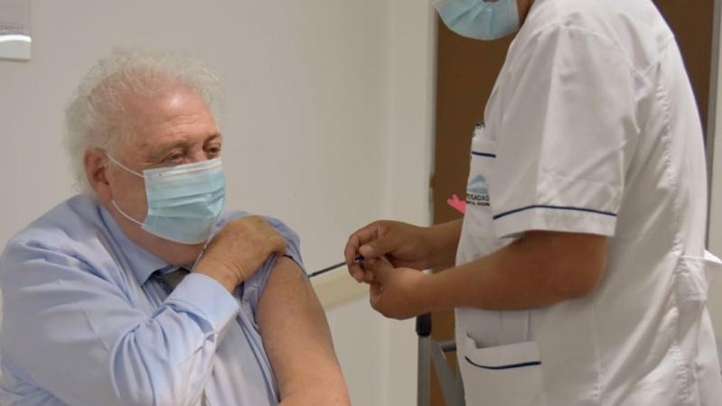 Аргентины эрүүл мэндийн сайд танил талаа түрүүлж вакцинжуулсаны улмаас огцорчээ