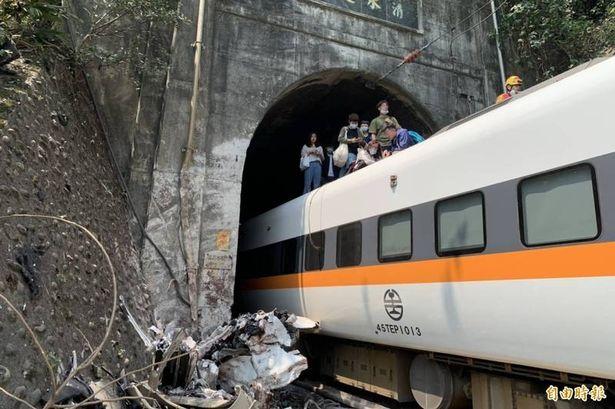 Тайваньд галт тэрэг осолдож, 36 хүн амиа алджээ