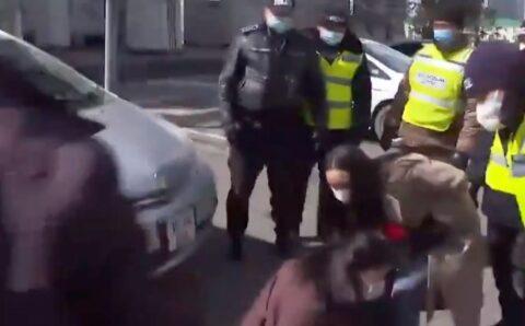 Цагдаагийн алба хаагч ажлаа хийж байсан сэтгүүлчдийн биед нь халджээ