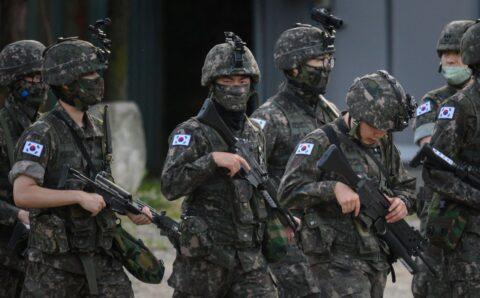 Эмэгтэй офицерт бэлгийн дарамт учруулсан армийн генералыг баривчилжээ